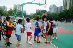 Chińscy dzieci trenuje koszykówek umiejętności Zdjęcie Stock