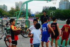 Chińscy dzieci trenuje koszykówek umiejętności Obraz Stock