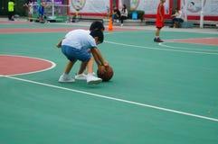Chińscy dzieci trenuje koszykówek umiejętności Obraz Royalty Free