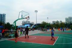 Chińscy dzieci trenuje koszykówek umiejętności Obrazy Stock
