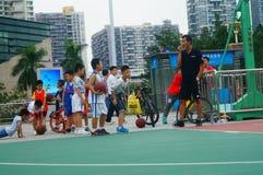 Chińscy dzieci trenuje koszykówek umiejętności Zdjęcia Royalty Free