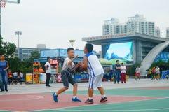 Chińscy dzieci trenuje koszykówek umiejętności Fotografia Royalty Free
