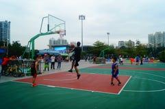 Chińscy dzieci trenuje koszykówek umiejętności Zdjęcie Royalty Free