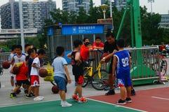 Chińscy dzieci trenuje koszykówek umiejętności Obrazy Royalty Free