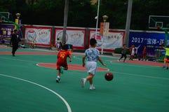 Chińscy dzieci trenuje koszykówek umiejętności Zdjęcia Stock