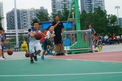 Chińscy dzieci trenuje koszykówek umiejętności Fotografia Stock