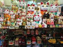 Chińscy falowanie koty & inni fripperies w sklepie Chinatown San Fransisco zdjęcie royalty free