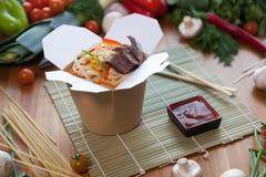 Chińscy kluski w wok pudełku Zdjęcia Royalty Free