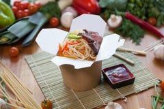 Chińscy kluski w wok pudełku Obraz Stock