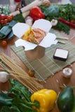 Chińscy kluski w wok pudełku Obrazy Stock