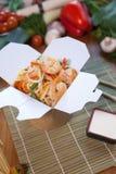 Chińscy kluski w wok pudełku Zdjęcie Royalty Free