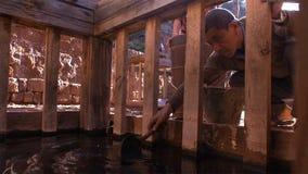 Chińscy mężczyźni pracuje na soli polu Używa brine dla solankowego kulinarnego procesu yunnan Chiny zdjęcia royalty free