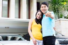 Chińscy para seansu klucze ich nowy dom zdjęcie stock