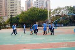 Chińscy szkoła średnia ucznie bawić się koszykówkę Fotografia Stock