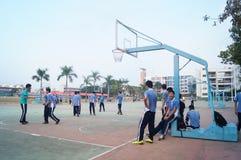 Chińscy szkoła średnia ucznie bawić się koszykówkę Zdjęcie Stock