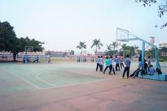 Chińscy szkoła średnia ucznie bawić się koszykówkę Zdjęcie Royalty Free