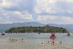 Chińscy turyści na plaży Fuxian jezioro w Yunnan thid głęboki jezioro w Chiny Ja jest lokalizować halfwy między kapitałem Zdjęcie Royalty Free