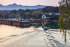 Chińska łódź rybacka iść na Zachodnim jeziorze Fotografia Stock
