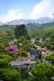 Chińska świątynia z drapacz chmur w Nan Liana ogródzie, Hong Kong obrazy stock