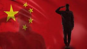 Chińska żołnierz sylwetka salutuje przeciw fladze państowowej, wojsko rakiety siła zdjęcie wideo