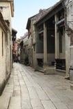 Chińska aleja z kamieniem brukował drogę, mała boczna ulica w wsi w Chiny fotografia stock