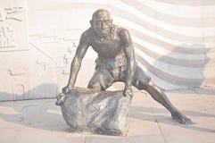 Chińska antyczna mężczyzna z powrotem piaska torby kamienia cyzelowania sztuki brązu statua obrazy royalty free