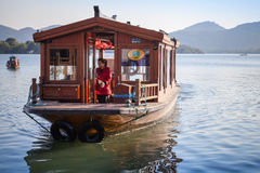 Chińska drewniana rekreacyjna łódź iść na Zachodnim jeziorze Zdjęcie Royalty Free