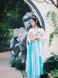 Chińska dziewczyna w tradycyjnego antycznego dramata kostiumowym hanfu cosplay zdjęcie stock