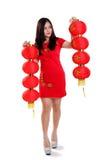 Chińska dziewczyna z dwa czerwonymi lampionami folował długość odizolowywającą zdjęcia stock