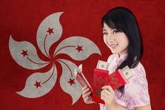 Chińska dziewczyna z kopertą i flaga Hong Kong Fotografia Royalty Free