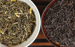 Chińska herbaciana ceremonia, Puer w asortymencie, Ceramicznym brązu teapot dla browarnianej herbaty i pu surowych materiałach, obrazy royalty free