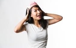 Chińska kobieta ma zabawę z princess koroną Obraz Royalty Free