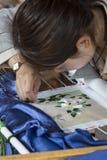Chińska kobieta od Bai tkactwa mniejszościowego jedwabiu Obraz Royalty Free