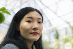 Chińska kobieta wśrodku tropikalnej szklarni obraz stock