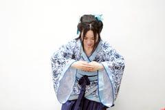 Chińska kobieta w tradycyjnej Błękitnej i białej porcelana stylu Hanfu sukni zdjęcia royalty free