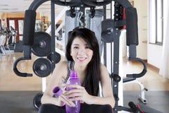 Chińska kobieta z butelką w gym centrum Obrazy Stock