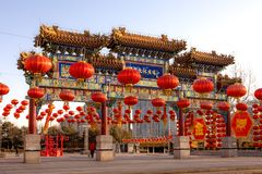 Chińska pawilon brama z Czerwonymi lampionami zdjęcia stock
