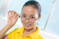 Chińska piękna dziewczyna patrzeje dla inspiraci zdjęcia stock