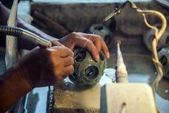 Chińska rzemieślnika carver ręka rzeźbi round chabeta łamigłówki piłkę także dzwonił pokolenie piłkę reprezentuje rodzinnych poko fotografia stock