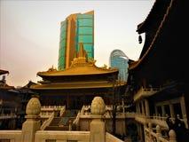 Chińska tradycja, nowoczesność, świątynia i drapacz chmur, obrazy stock