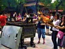 Chińska tradycja, rytuał, religia, cześć i ogień wśrodku świątyni, obraz royalty free
