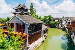 Chińska tradycyjna architektura i kanał w Szanghaj Zhujiajiao nawadniamy miasteczko Fotografia Stock