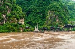 Chińska wioska i łódź na jangcy obraz stock
