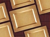 Chińska złota taca na bambusowym stole Wschodni tło dla jedzenia Zdjęcia Stock