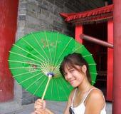 chiński śliczny zielony uśmiechnięty parasolowy whitwoman Fotografia Royalty Free
