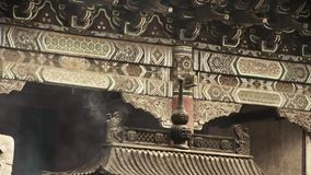Chiński antyczny budynek, promienie & domy, kadzidłowego palnika dymienie w świątyni zdjęcie wideo