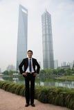 Chiński biznesmen blisko drapaczy chmur fotografia stock