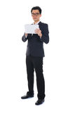 Chiński biznesowy mężczyzna używa pastylkę Zdjęcie Royalty Free
