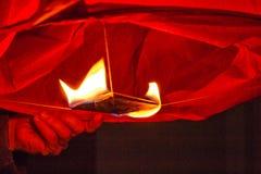 Chiński czerwony lampion pali z ogieniem w niebie obrazy stock