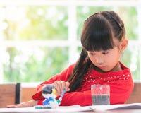 Chiński dziewczyna obraz na lali w sala lekcyjnej fotografia stock